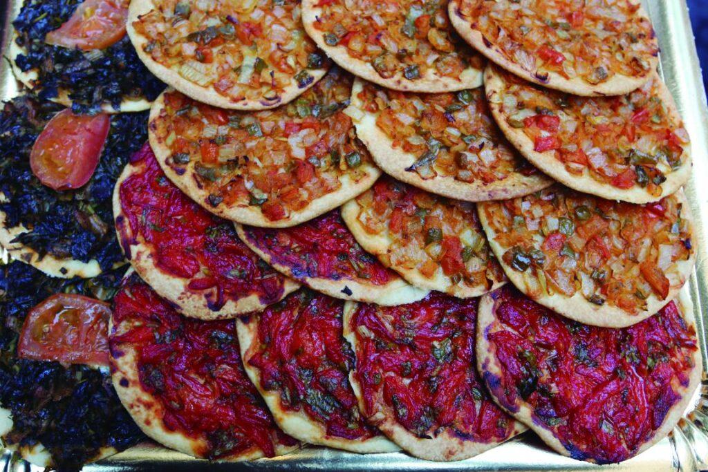mini Coca de trampo y de pimiento C.CanJoandeSAigo 1024x683 - Trampó y Coca de Trampó, dos imprescindibles de la cocina palmesana de verano