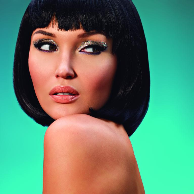 mini portrait of beautiful woman with bob hairstyle fashion model face with creative makeup - Suéltate el pelo